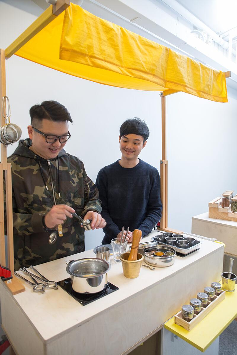 拍檔許潤澤(左)向印度貧民窟婦女學習煮Masala茶,並把配方帶回香港,將在MaD Festival與參加者分享。