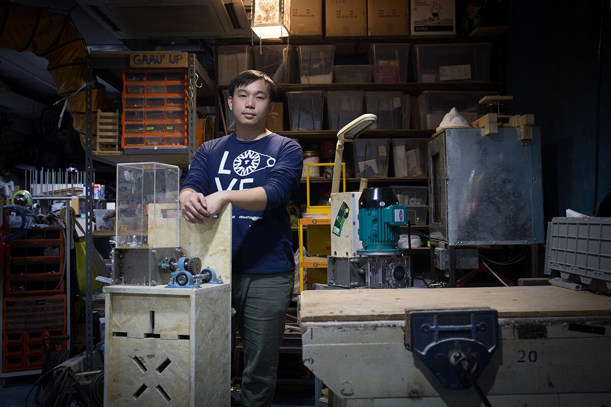 Gaau1 up成員朱煒傑本 讀建築設計畢業,不像 其他同學在建築或設計 公司打工,熱愛做手活 的他選擇用自製機械解 決膠災。