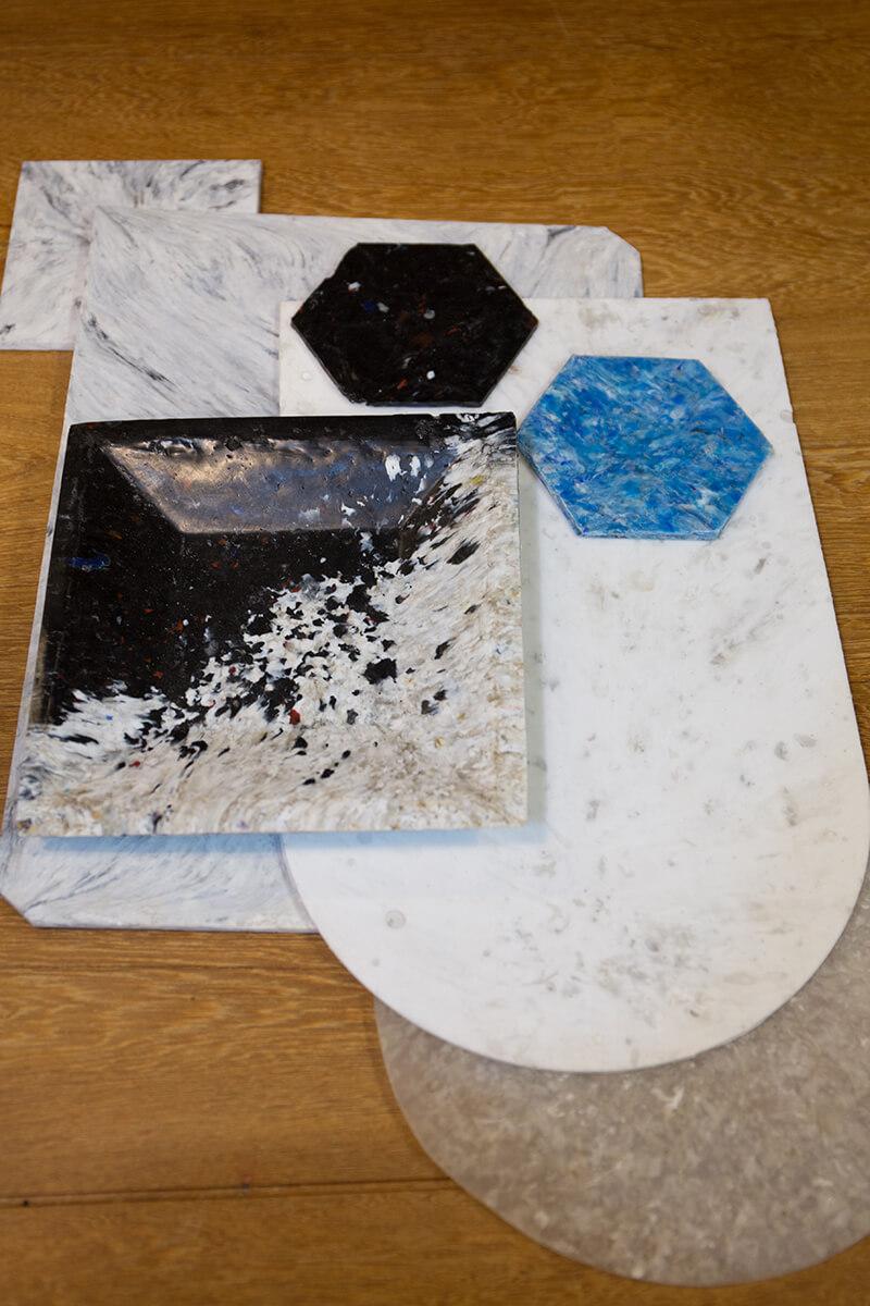 雲石紋的膠板材源料是廢棄的黑色和白色膠瓶蓋碎。