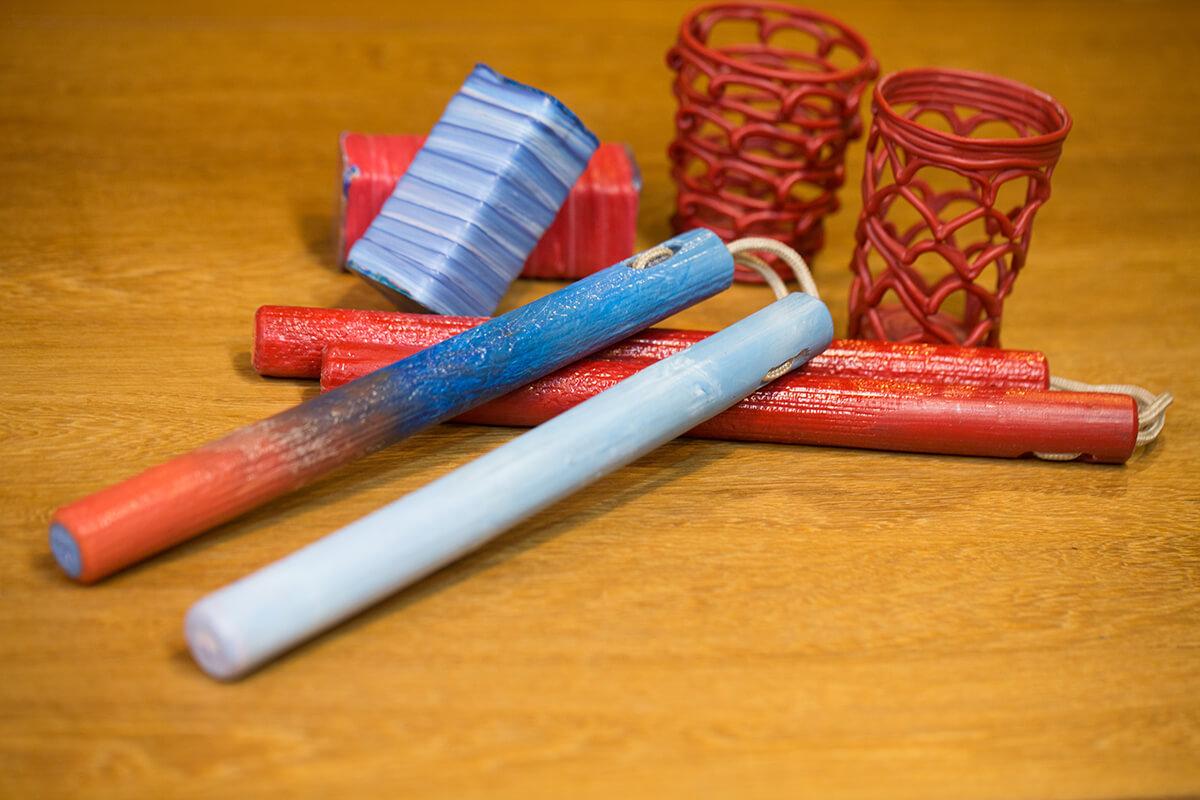 雙截棍、筆筒等產品都是Eugene Khlebnikov之作,由於原料是單一型號塑膠,沒混合其他雜膠,日後回收也容易。
