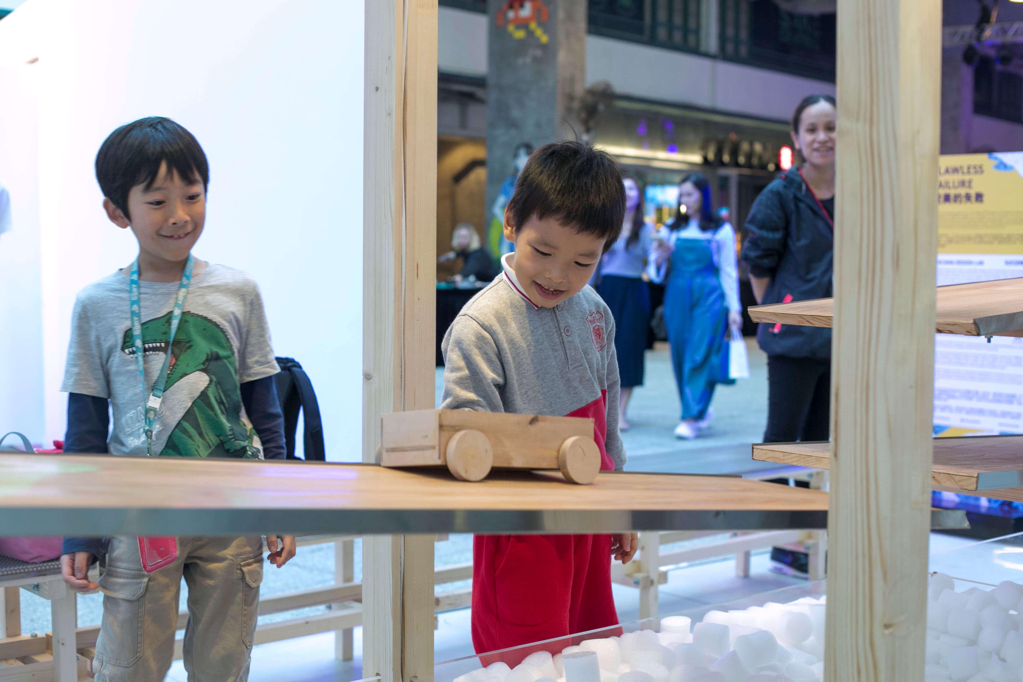 人人也喜歡玩遊戲,小朋友看到木頭卡車更是愛不釋手。