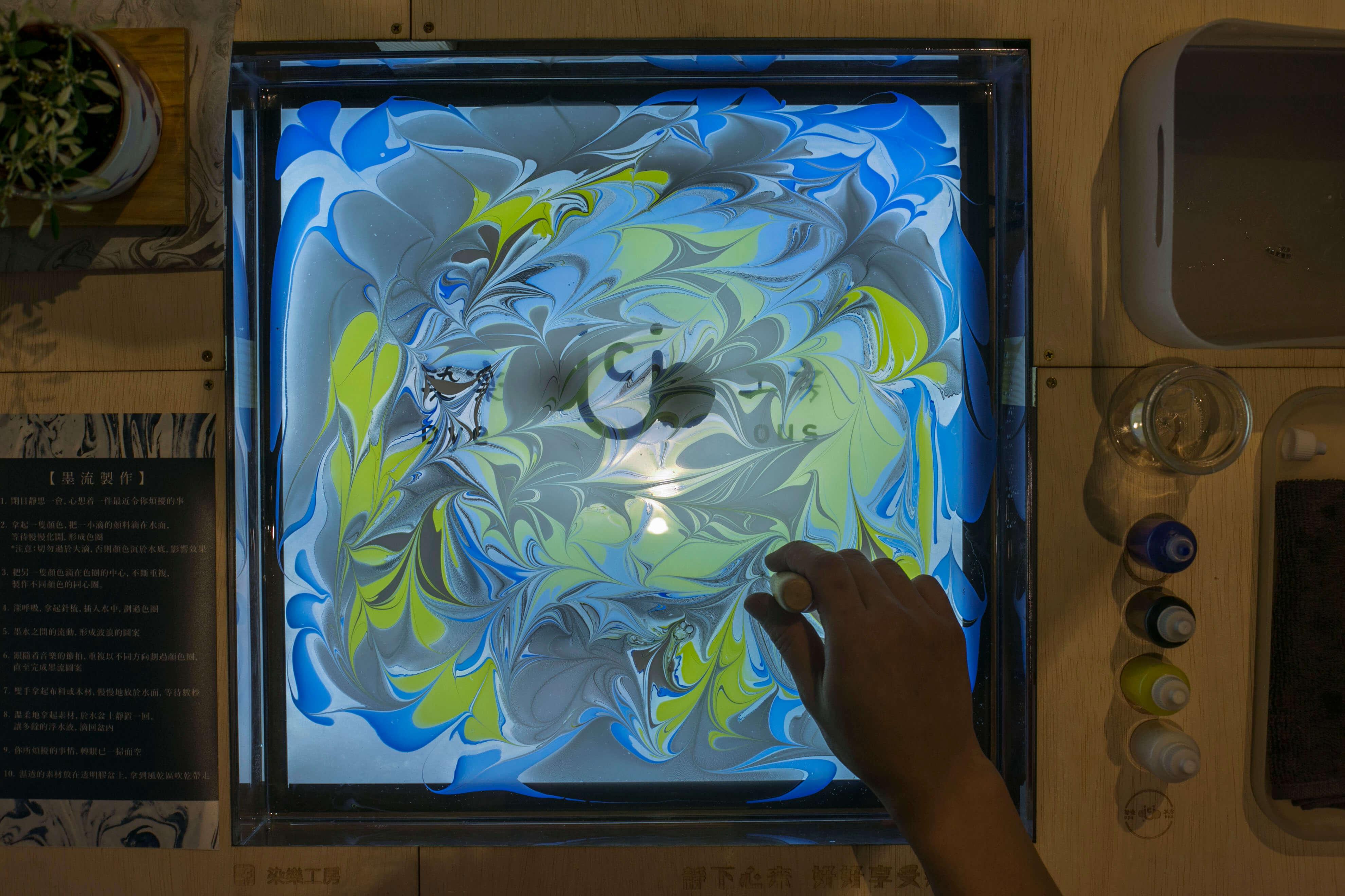 用染料製成的浮水畫。