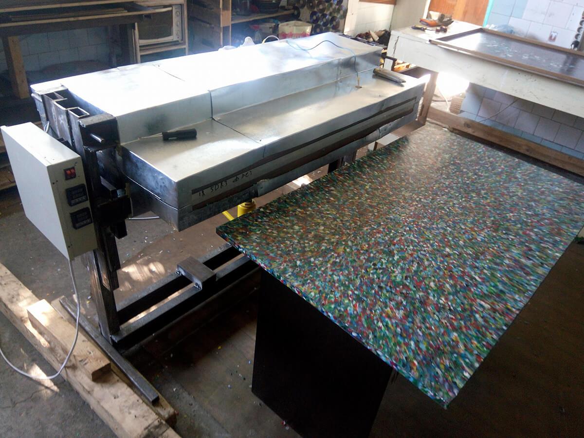 Eugene Khlebnikov的板材機可以把廢膠熱熔,壓成0.5至15毫米厚的板材,Gaau1 up回港後立即埋首製作香港版板材機。