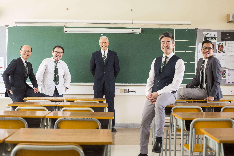 (左起)鄭鈞傑、劉小康、歐陽伯權、徐緣和王建明,回到母校,大談各自的年少往事。