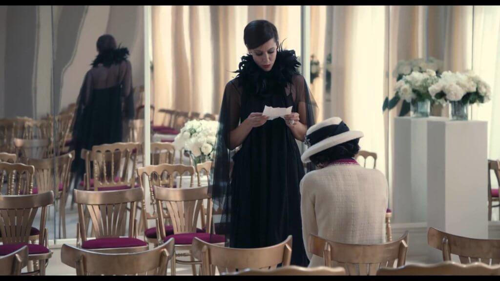 由老佛爺構思、編劇及執導的短片《The Return》中就有一幕描述Anna Mouglalis飾演的 Delphine Seyrig,在 rue Cambon 31 號總店訂造服大廳試穿《去年在馬倫巴》服裝。
