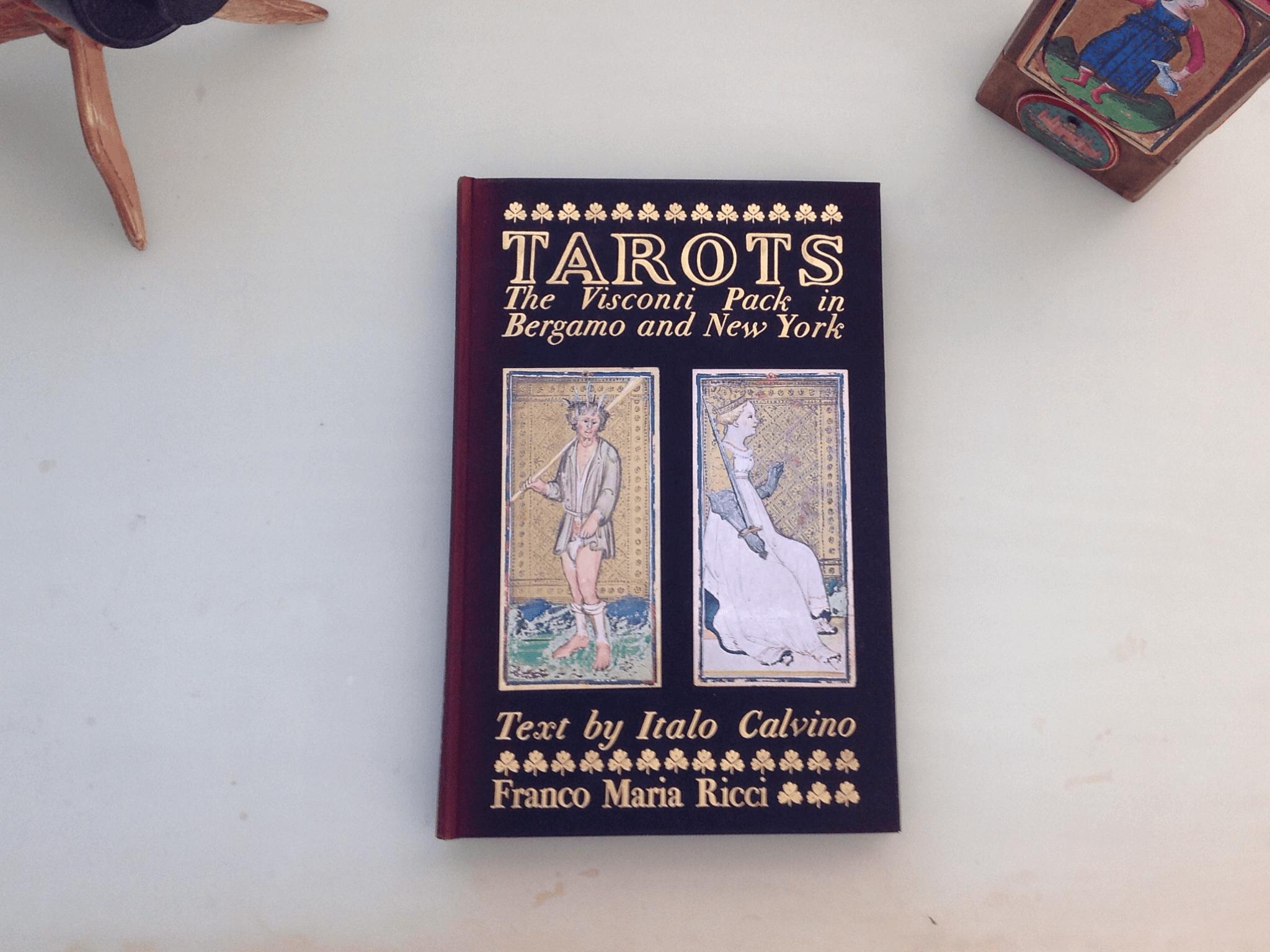 《命運交滙的城堡》英文版 .Franco Maria Ricci出版社1973年 .限量3000本 .筆者收藏的一本編號 176 .內有現存的維斯康蒂塔羅牌六十一張全圖複製, 高度存真,包括鏤上圖案的金箔。 .書名用《維斯康蒂塔羅》,不用卡維諾的書名 .「命運交滙的酒館」不包括在內。