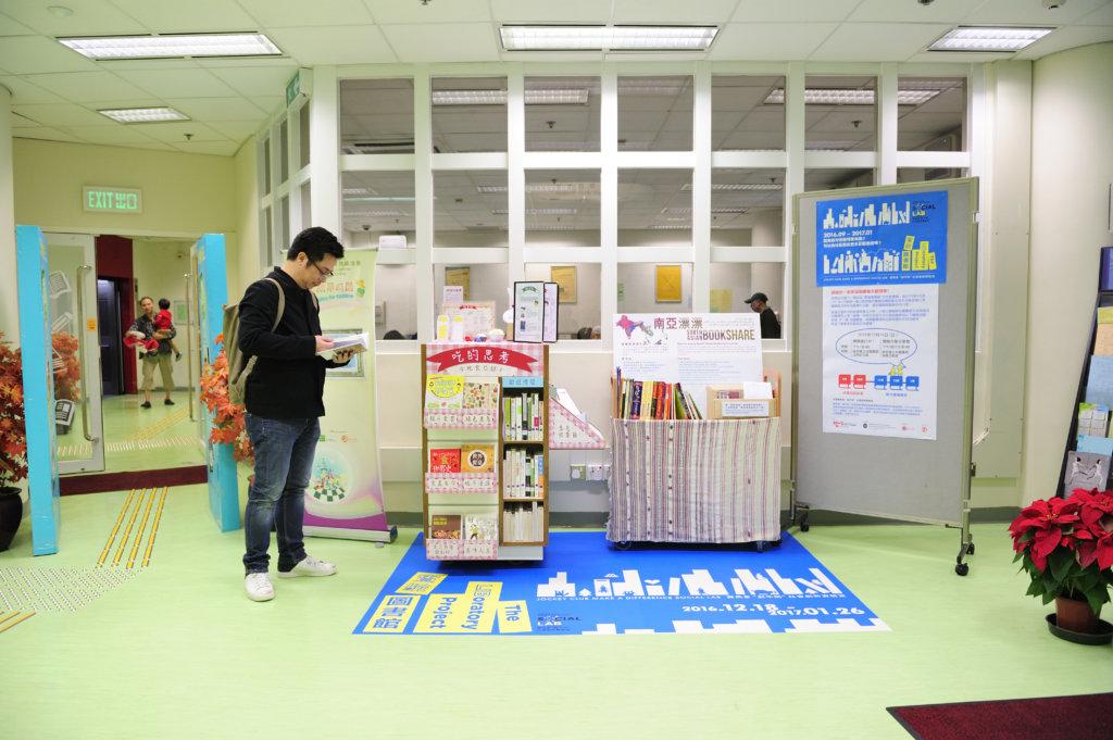 實驗室成員曾在圖書館設立主題書架,封面一覽無 遺,吸引讀者借閱。(創不同協作提供)