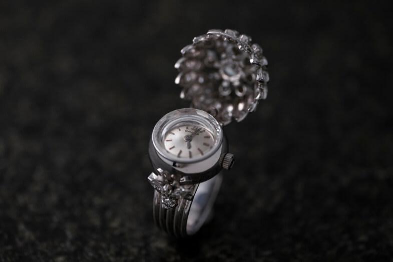 Omega在創牌之初曾推出具有隱藏式錶盤的珠寶錶,亦於1955年以全球最細自動機芯之名破了當時的世界紀錄;圖中神秘時計鑽石戒指為古董工藝店Jos《約》創辦人Lina Lam的私人收藏,歷史近百年。