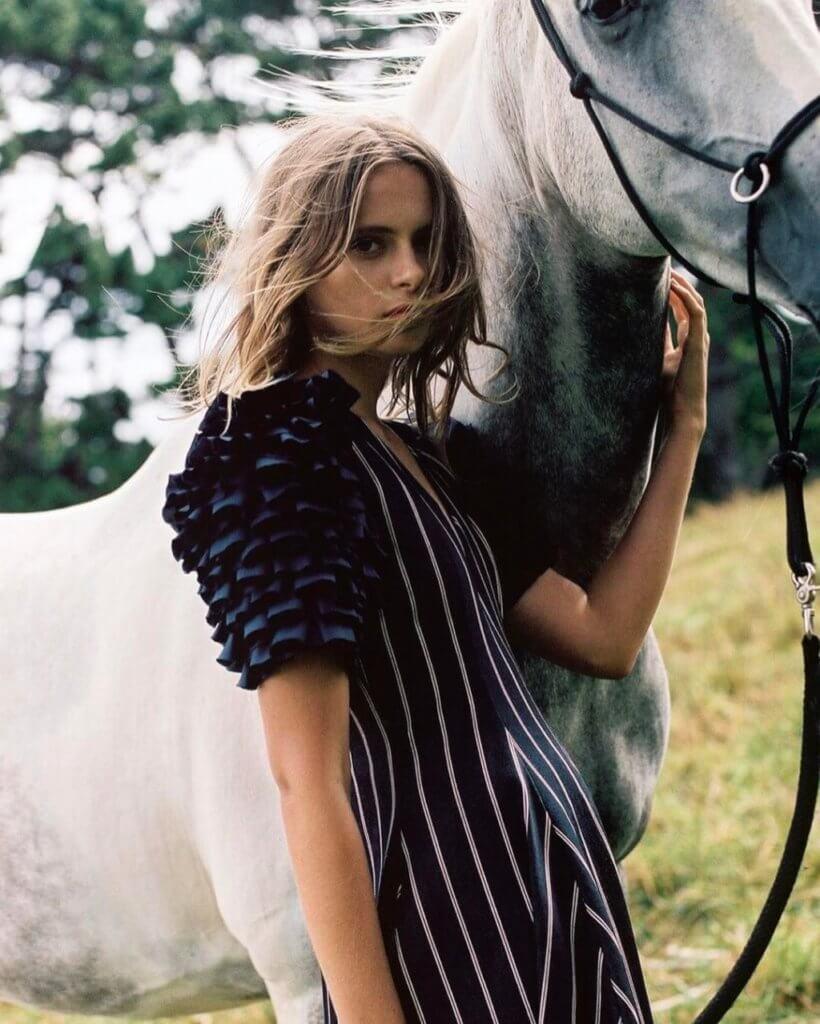 逐夢是品牌的重要理念,因此在造型照中也以白馬為背景,大草原也更切合這個來自新西蘭田園設計師的風格。