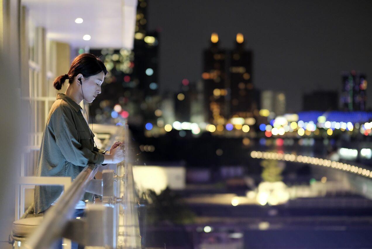 片中的楊樞導演由宮哲飾演,是個倔強、帶點衝動,不擅表達情感的女人。