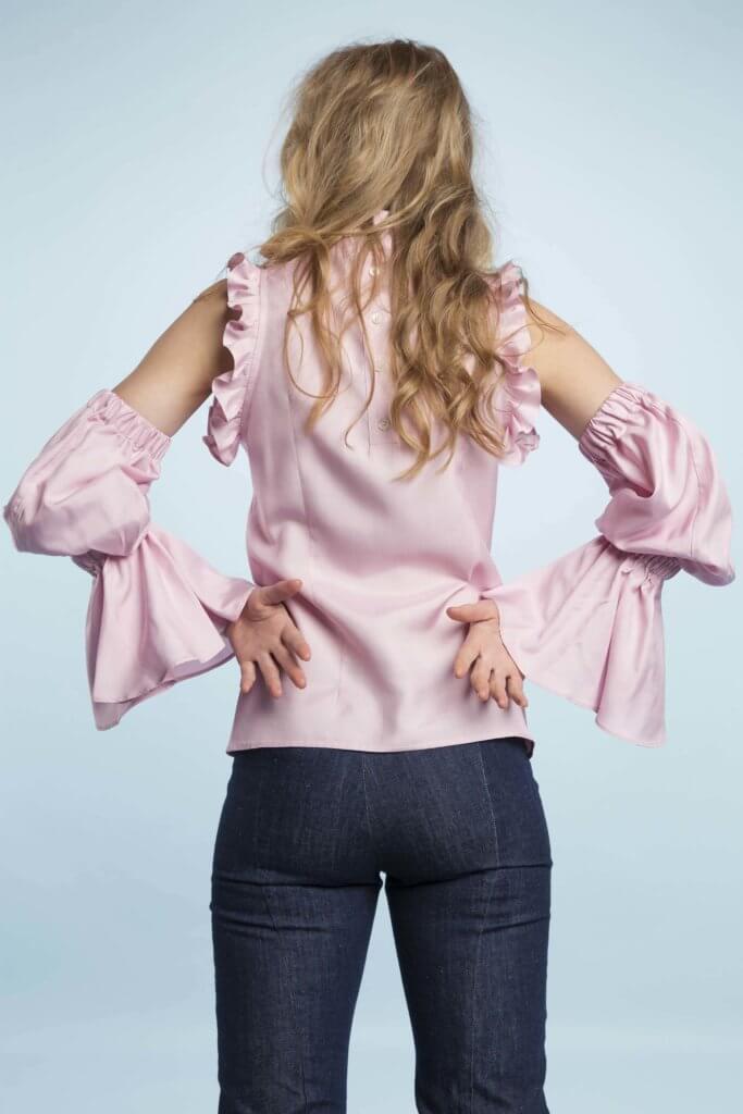 為了營造浪漫感覺,肩膊邊沿和手袖位置綴上大量ruffles,褶邊成為品牌的標誌性記認。