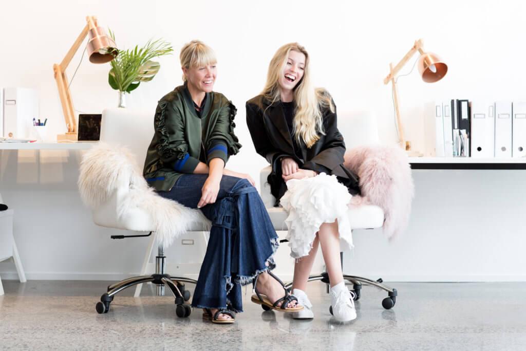 Maggie Marilyn (右)得到時裝圈識途老馬Jo Knight的賞識,共同打造時裝夢。