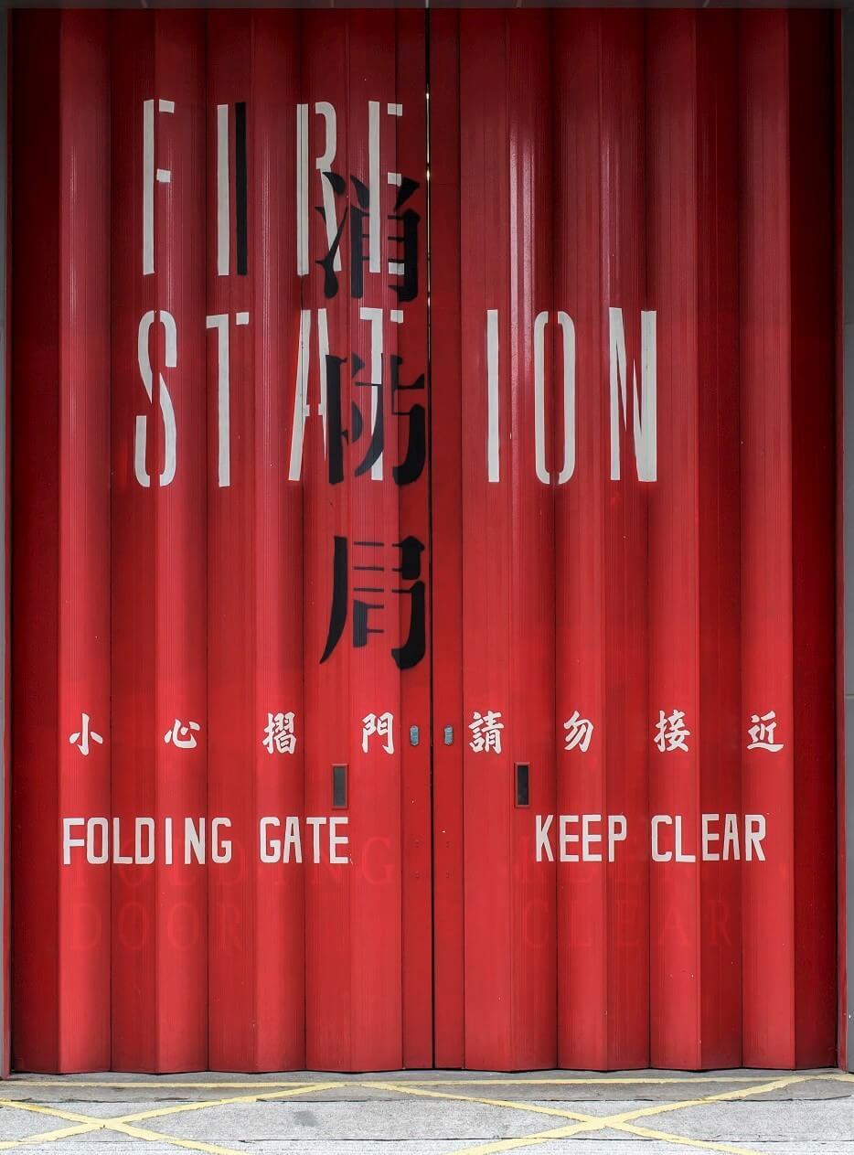 胡卓斌認為中文與英文是少數相疊都能清晰辨認的文字,而且這種相疊某程度上反映了歷史。他提到以往一些公共建築牆身、街上的鐵閘,甚至檔案文件都有中英互相穿插及遮蓋的情況,好像在爭話語權。他把這種獨特的「土生美學」應用在今次的設計上。