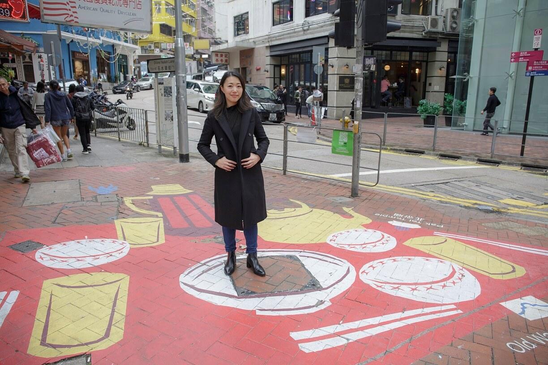 一口設計工作室建築師梅詩華身處藍屋附近行人路,地面畫作乃香港人的典型飯桌,提醒大家多回家吃飯。