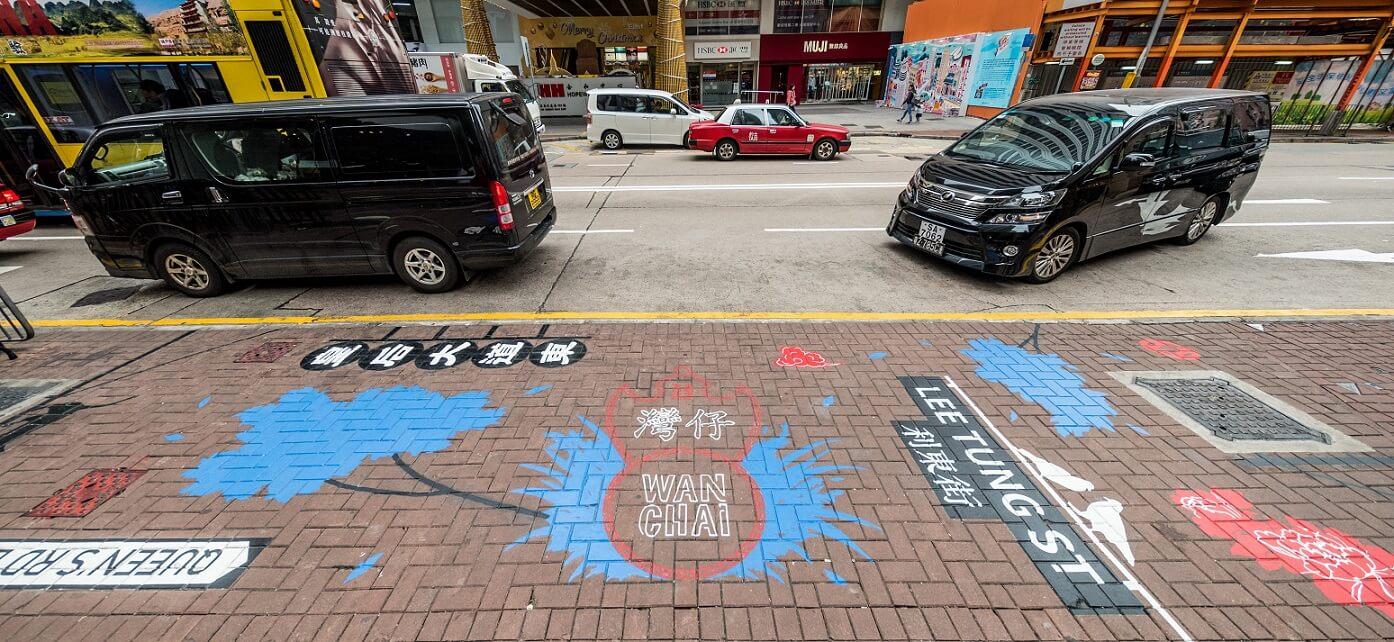 地面畫作都有指示街道位置的功用,圖為利東街口。