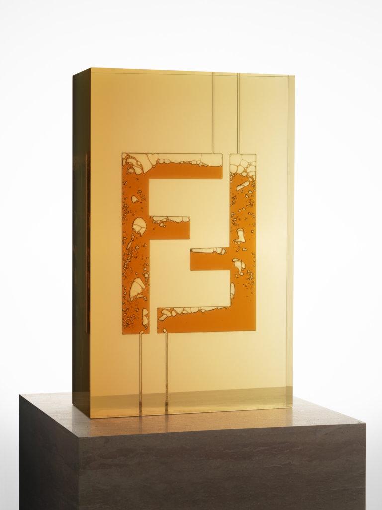 """""""FENDI FF LOGO N.2""""重新演繹經典FF標緻,染上顏色的泉水在實心樹脂立方體內冒出,顯露實心立方體上雕空的FF圖案。"""