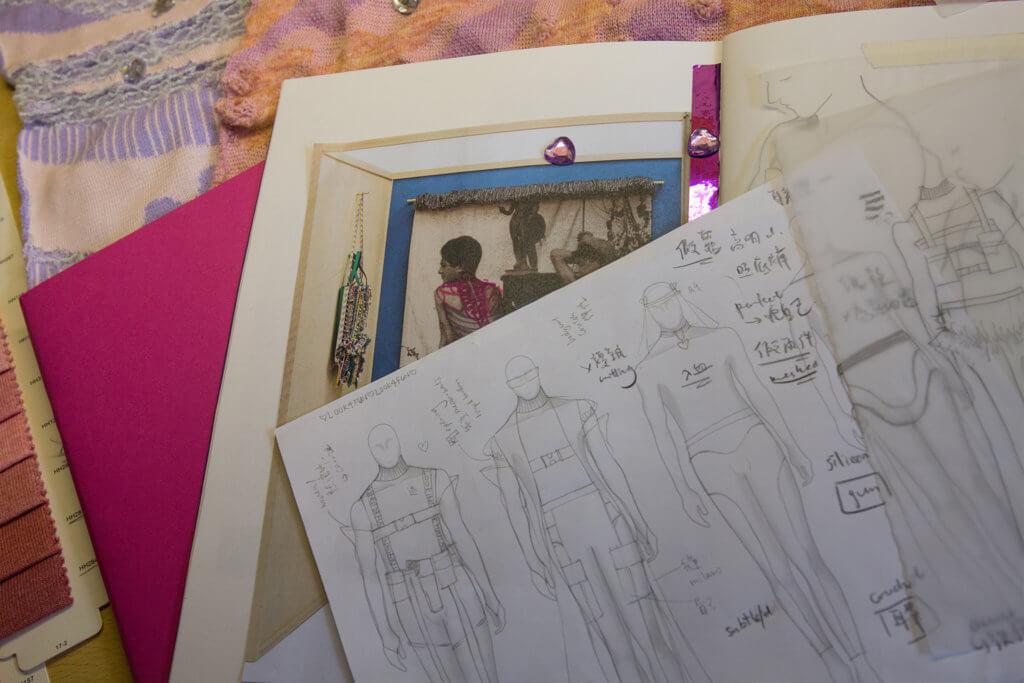 Barry的桌面放滿設計草圖,他最近忙於準備畢業作品,主題圍繞男士酷兒。