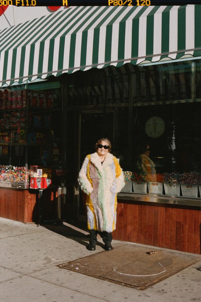 廣告中常出現的一位婆婆,原來是設計師的祖母,穿上品牌熱賣仿毛大衣。