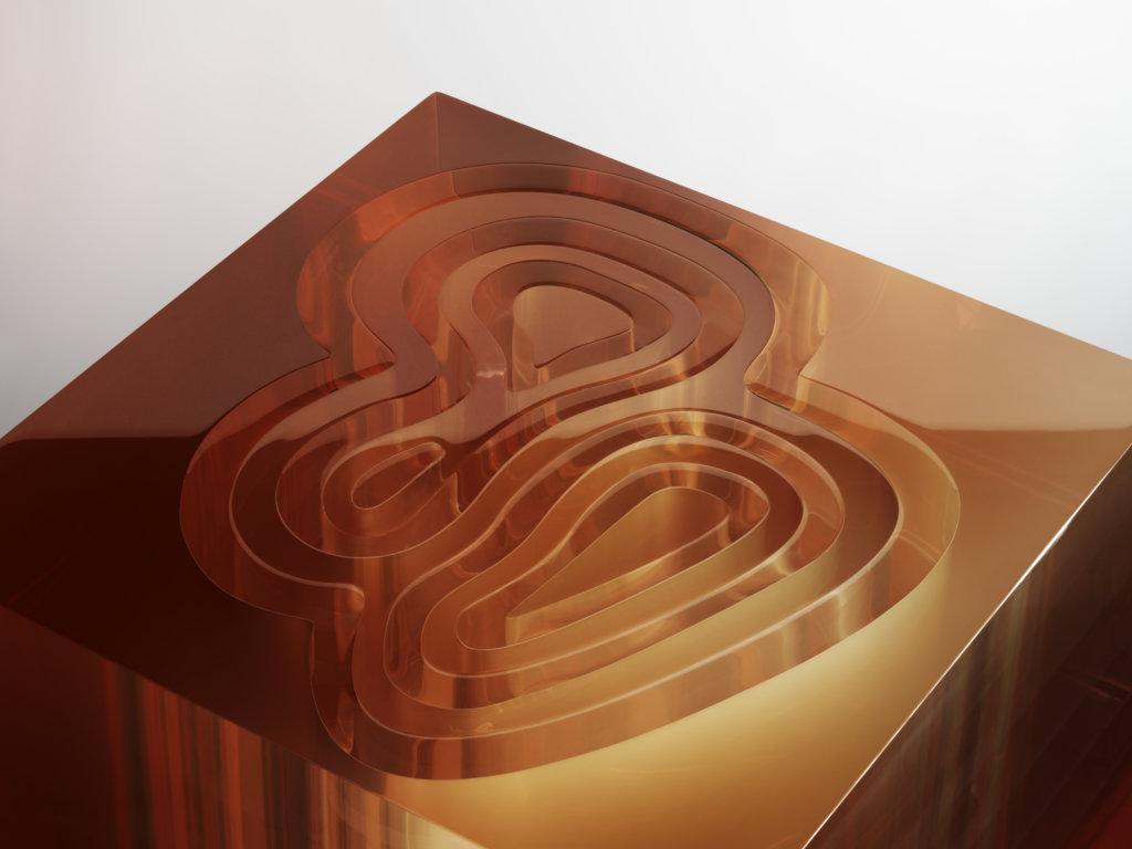 Sabine說這名為''LABIRINTO''是眾多作品中製作難度最高的一個。她從品牌經典皮草圖案取材,以呼應古代迷官(labyrinth)結構的設計重塑圖案,營造半鏤空效果,並在空隙注滿泉水。