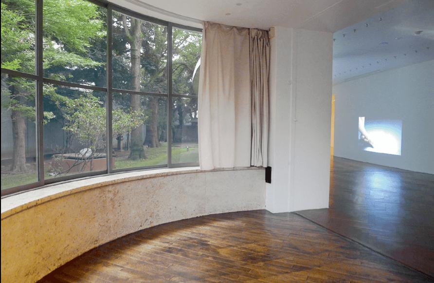 東京原美術館於2018年舉辦的李傑展覽,圖為展覽其中一部分的室內情況,透過窗戶可看到花園。(圖片由作者提供)