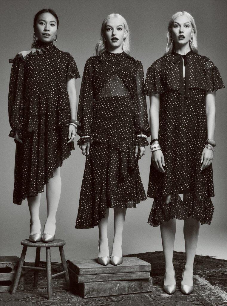 去年在CDFA / Vogue Fashion Fund比賽中入選最後十強,左一為設計師,右一為美國名模Karlie Kloss。
