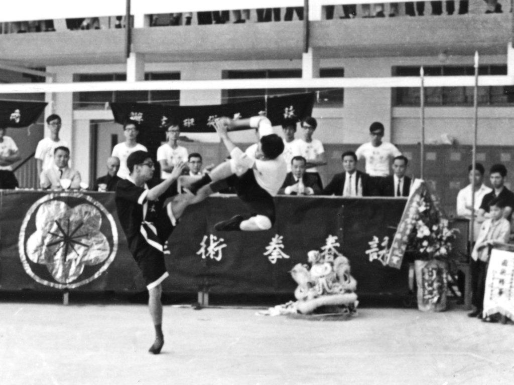 1969年11月,梁挺(前起腳者)於浸會首創詠春黐手大賽暨表演,葉問在場擔任貴賓。