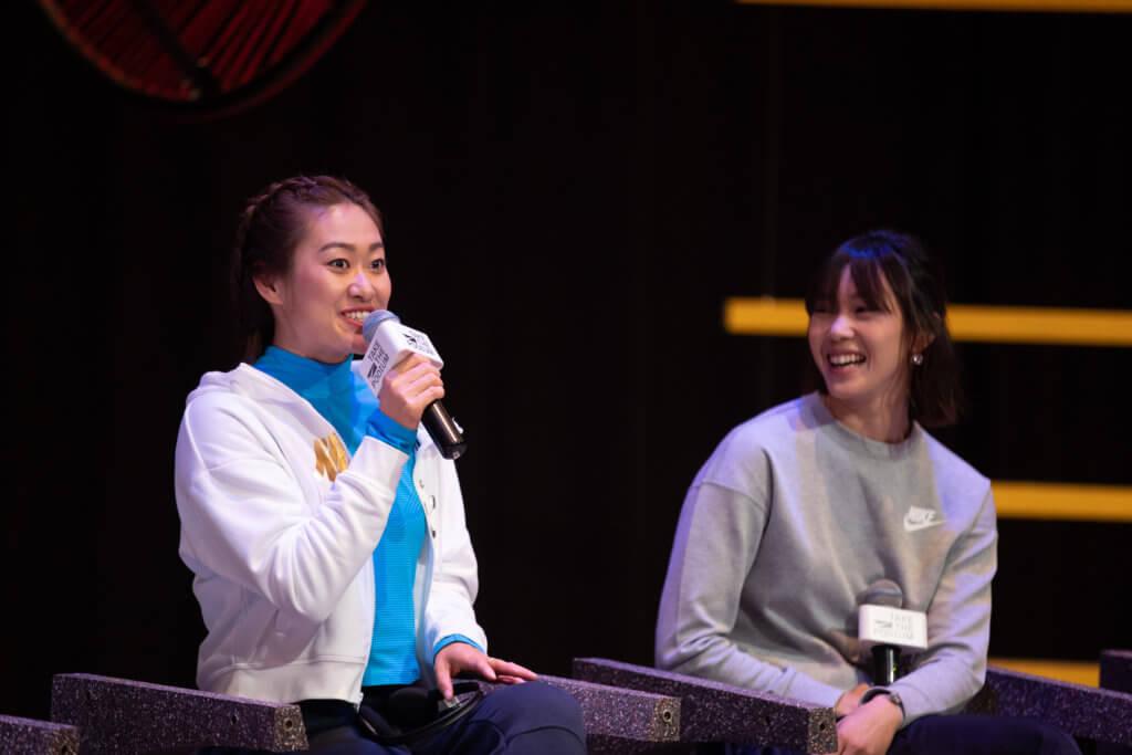 女子足球運動員吳海燕(左) 和香港女子游泳選手歐鎧淳一同分享運動經歷及怠受, 將激發女性潛能的概念傳承下去。