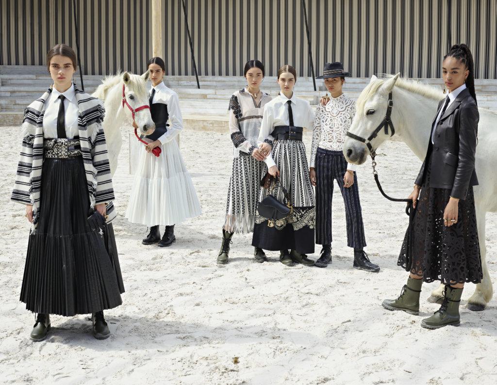 選擇在巴黎近郊的尚蒂伊城堡的大馬廄舉行時裝騷,這不但是法國生活藝術的象徵,更是品牌1947年秋冬系列的靈感來源,可說是品牌一個尋根之旅。