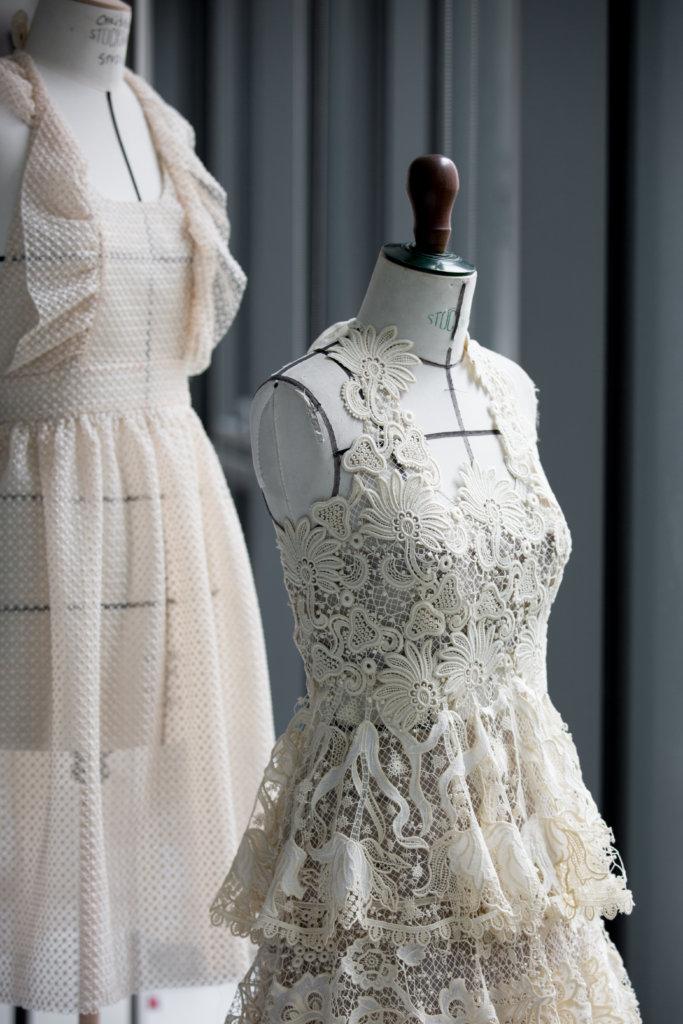 參考古董喱士布塊,利用獨特的編織技巧顯現純棉質地和透明的凸花花邊,讓荷葉邊看上去更有層次和質感。