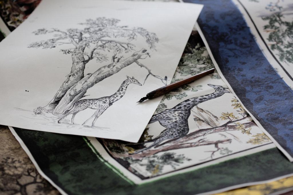 跳出傳統,約依印花布在Dior的演繹下不再是單調的鄉間圖案,是有猴子、獅子、老虎等動物,畫中樹幹都呈現彎曲的姿態,令印花布出現非常規且富生命力的元素。