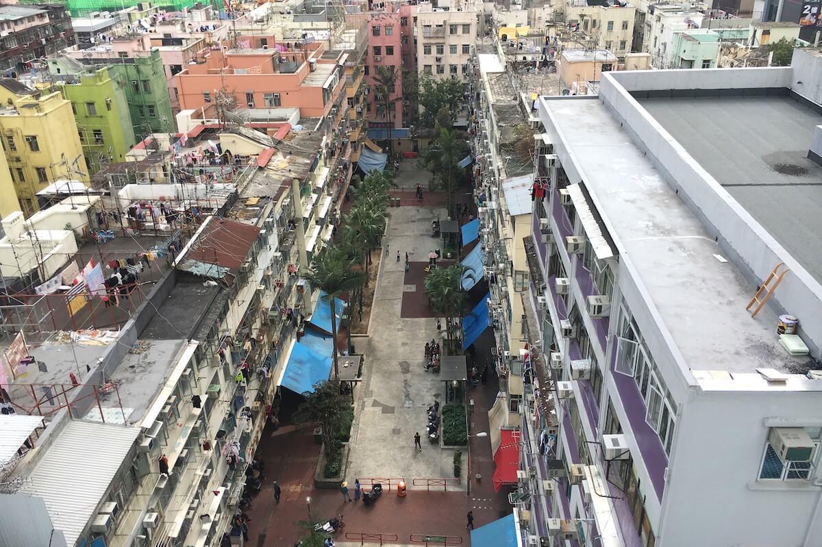 (網上圖片)荃灣二陂坊遊樂場四周被樓宇包圍。