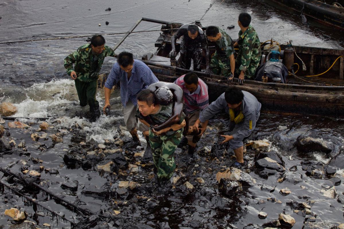 消防員在漏油清理行動期間試圖修理水下泵時,被淹在厚厚的浮油,消防員 韓曉雄獲救,另一名消防員張良在此次事件中喪生。