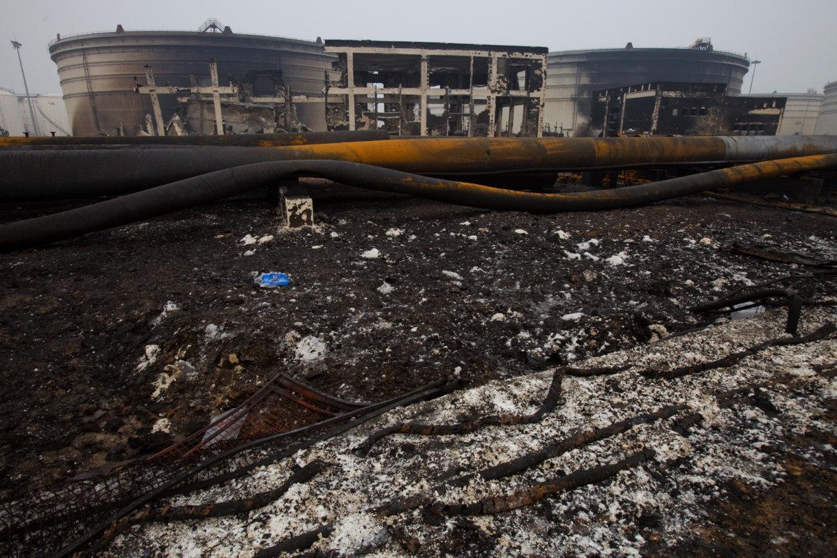 當時大連新港輸油管起火導致一個10萬立方米的油罐爆炸,在管道爆炸後,原油開始從繁忙的東北港口湧入黃海,引發了大規模的十五小時火災。