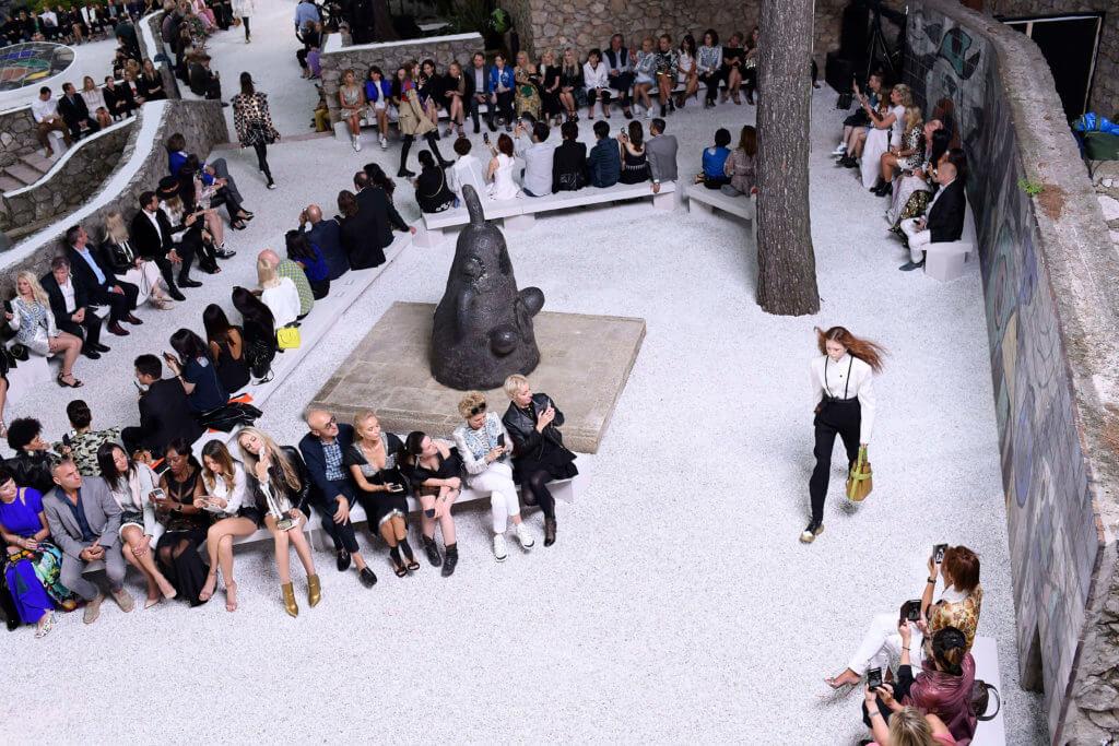 梅格基金會為2019度假系列展示場地,盛載着Ghesquière的美學觀、Woodkid的原創音樂、Grace Coddington的繪畫,連結品牌過去與現在的文化基因,創造出不一樣的藝術體驗。