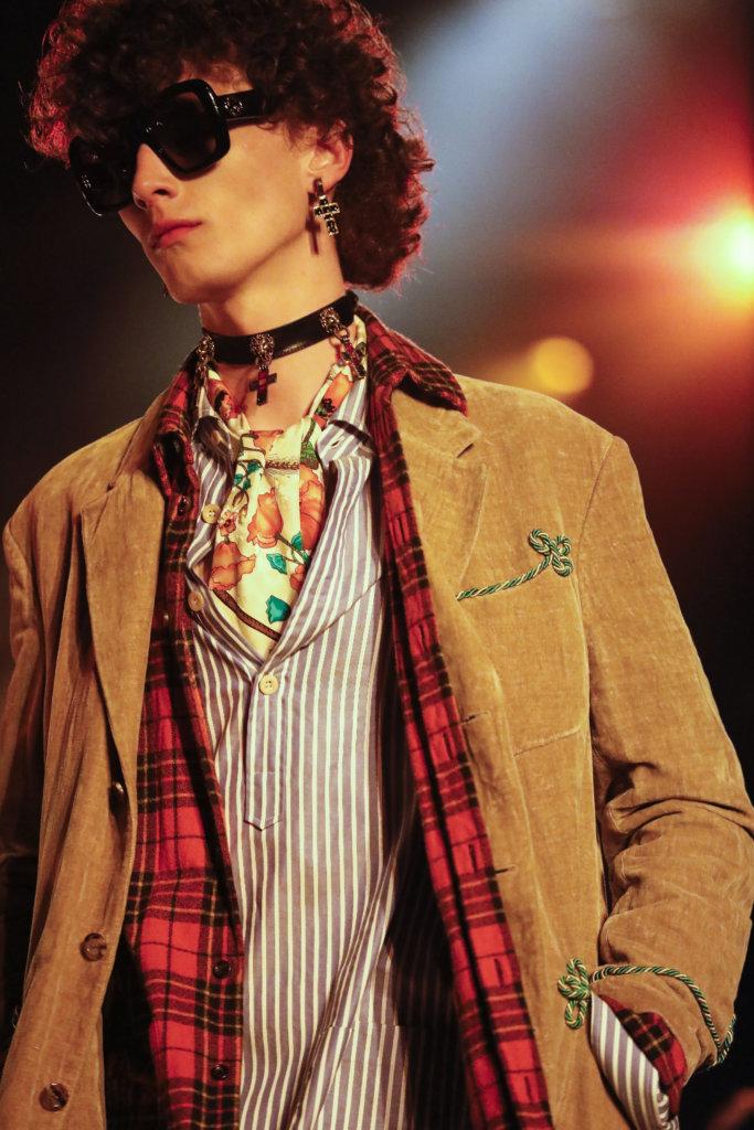系列中拜占庭風十字架裝飾無所不在,這是受到出生於亞爾的設計師Christian Lacroix啟發。
