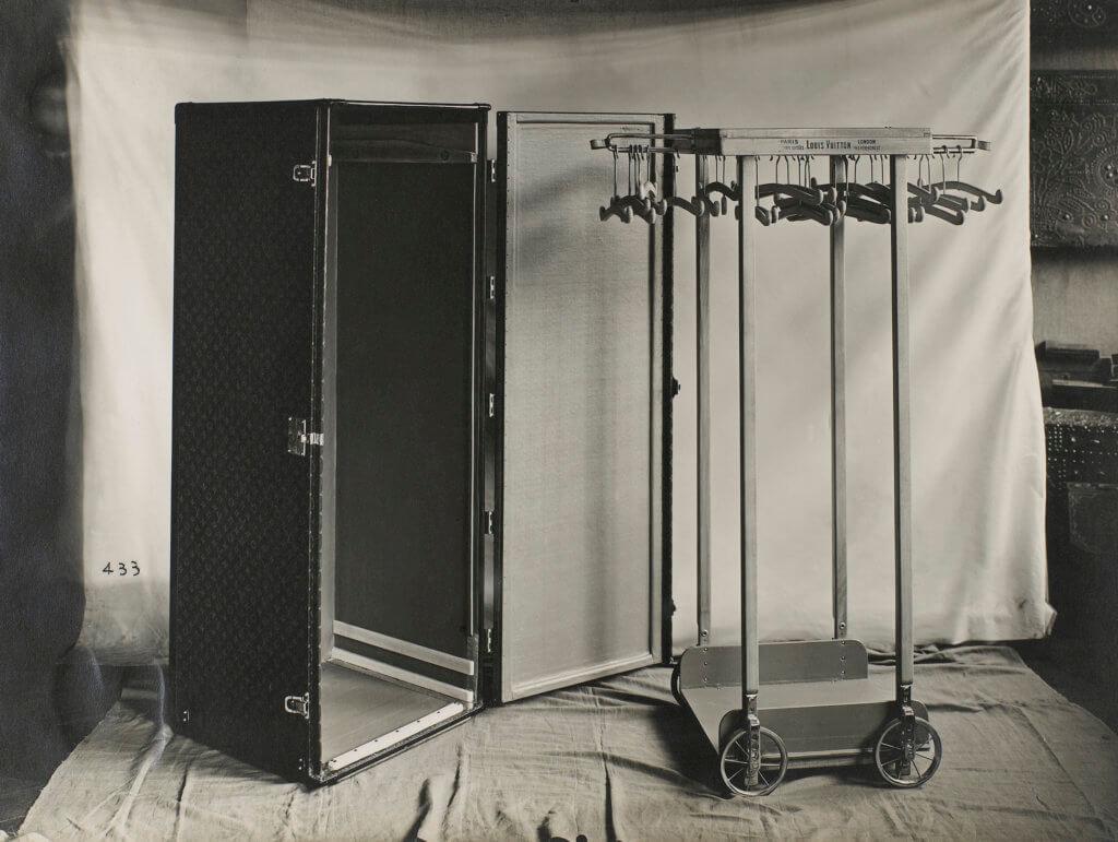 Louis Vuitton行李箱成為不少名流紳士的專用旅遊配件,除了見證人類旅遊文化發展,不少時裝設計師亦是品牌的忠實顧客。圖中是為法國高級訂製時裝師Jean Patou特製,內有掛架能收納他的作品好好收納。