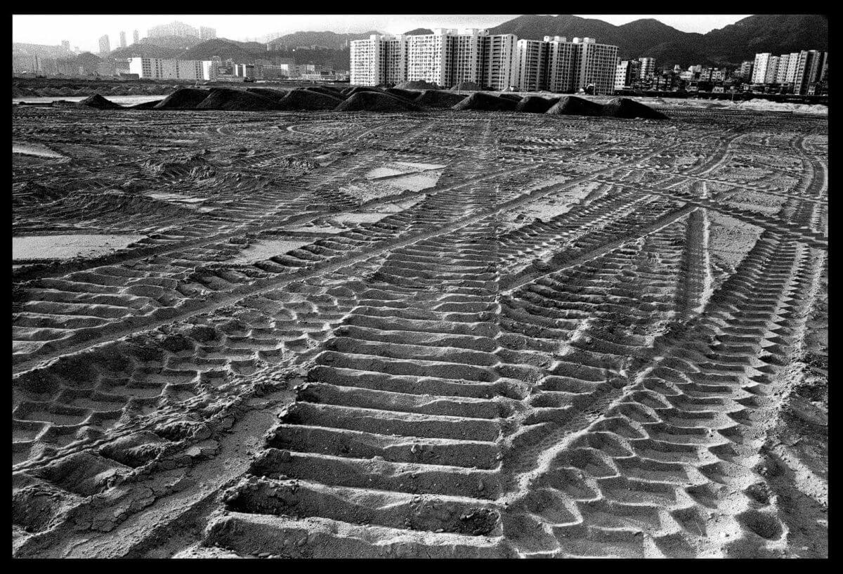 「踏足填海區,腳下就是泥,這照片的填海位置是大角咀,能遙望南昌邨。」