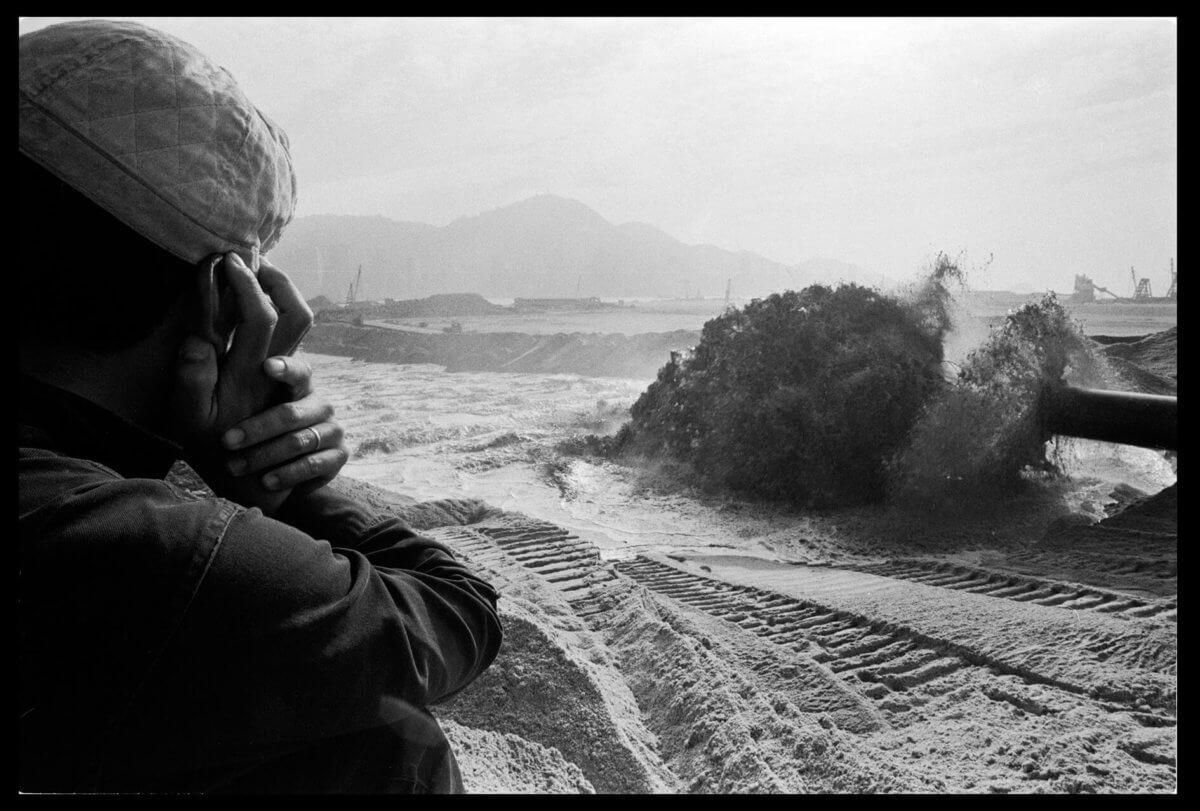 填海區為現時的柯士甸站。沙船正噴出填海的泥沙,謝至德說,有工人稱看到泥沙內有子彈、爛瓷器等雜物。