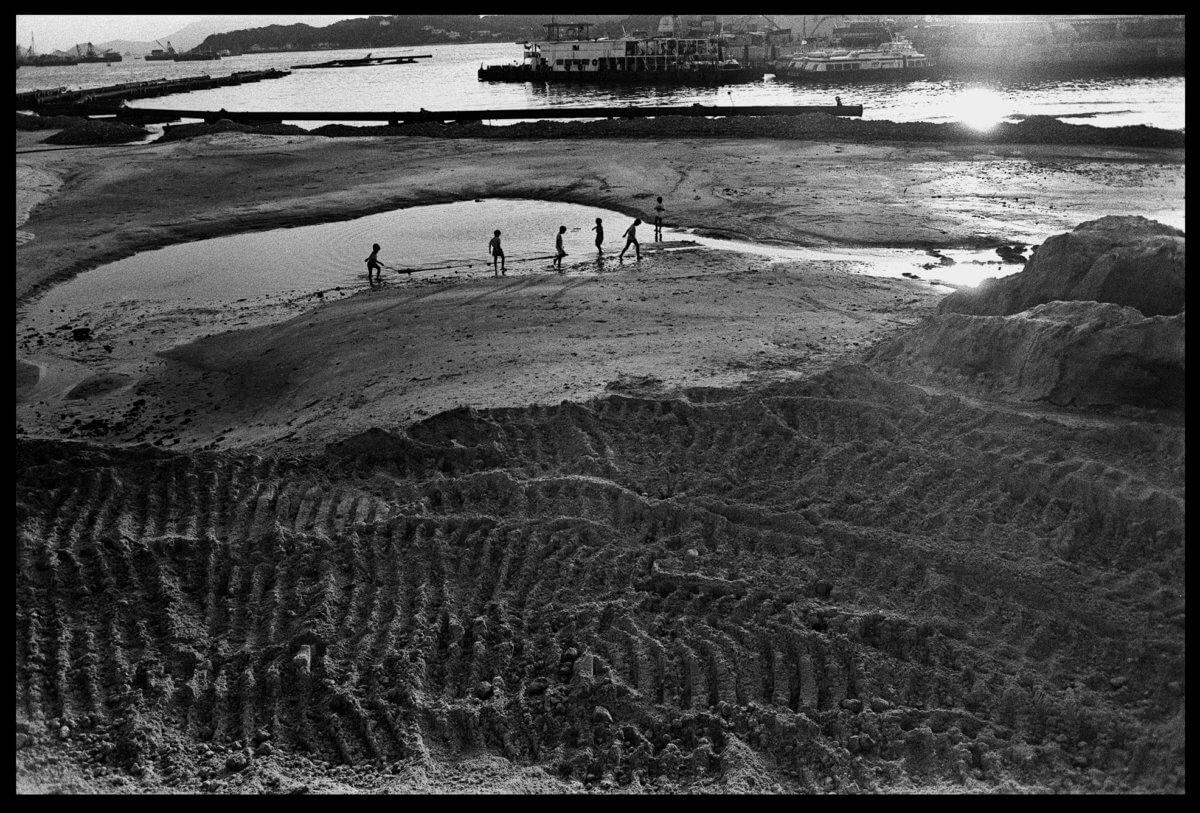 九十年代的西九龍填海區,近昂船洲位置。謝至德形容她就像個「暫借的樂園」,人們會到那裏晨運、踢球、玩模型飛機,而隨着基建項 目開展,樂園便隨之消失。