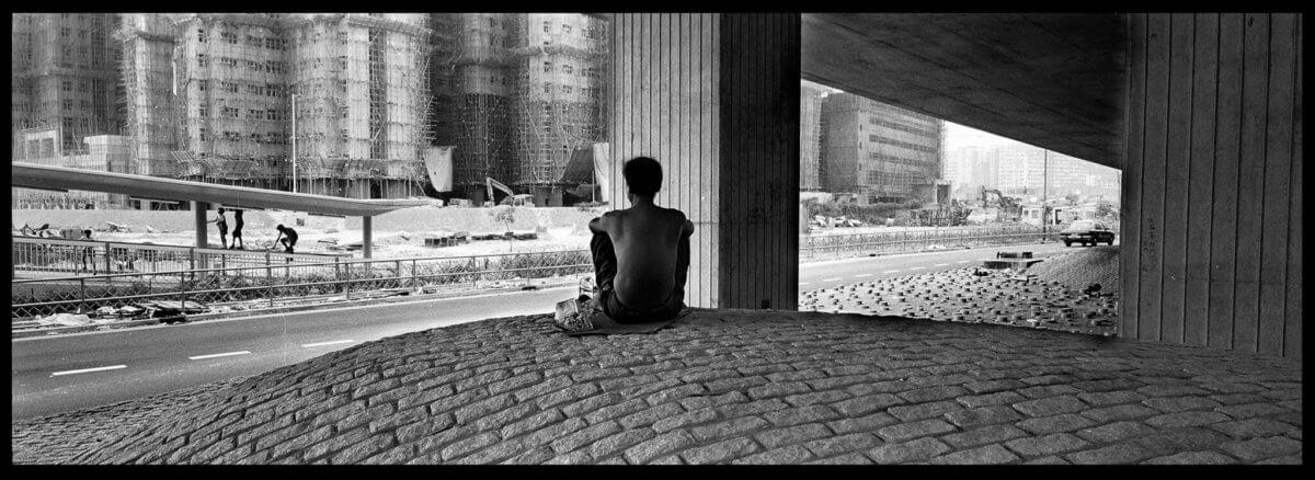 另一九十年代作品,位置在油麻地果欄附近,最早有無家者到此暫住,後來被政府封橋驅趕。作品讓大家從對既定的西九想像拉出來,窺見當地不同人的生活形態。