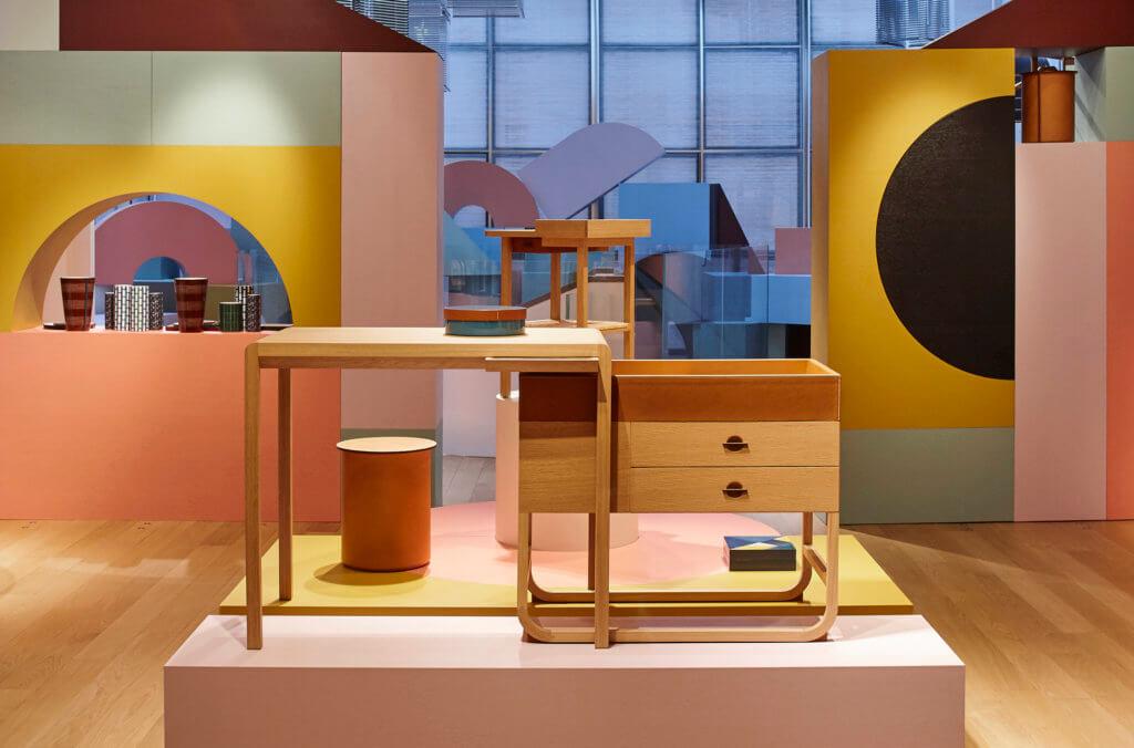 Équipages d'Hermès系列的attelage木桌有一個可移動的抽屜,能形成有趣的形狀。