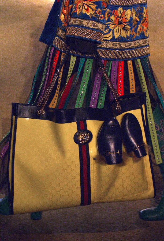 芸芸手袋中,最吸睛莫過於在手袋飾上用作置放品牌經典Princetown拖鞋設計的前袋。