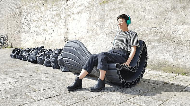 """將垃圾袋升級再造的""""XXX bench""""是第一批放在荷蘭街頭的長椅,質感和設計比希臘的「植樹椅」較粗糙。"""