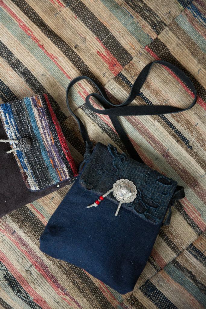 袋扣也是人手純銀打造,來自本土手作銀器藝師。