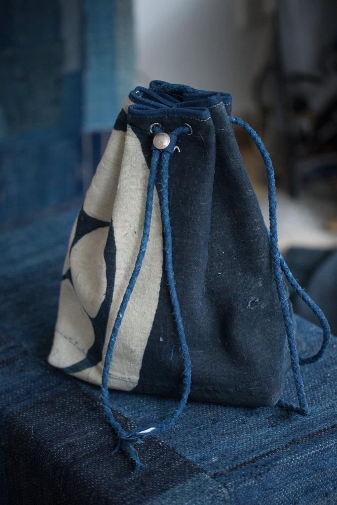 大布袋外層是日本古布,內裏是18安土日本帆布或意大利皮革,以古布製作的法式包邊及包骨,日本棉線手縫,超過三十五小時全人手製。