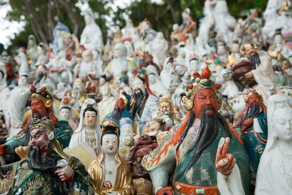 華富邨一處面海斜坡上,放滿了人們搬家 而留下的佛像,當中有不少關公像。