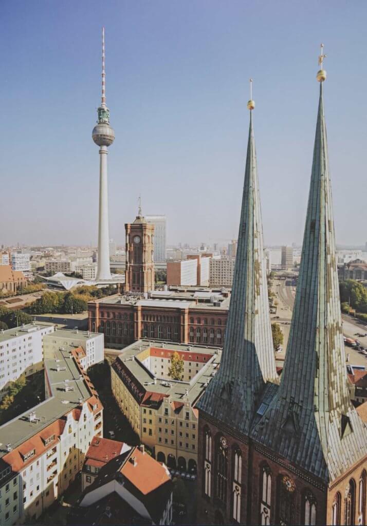 於mitte區的柏林地標電視塔與尼古拉教堂。尼古拉教堂於二戰時被炸為廢墟,該位置曾是東德領土。