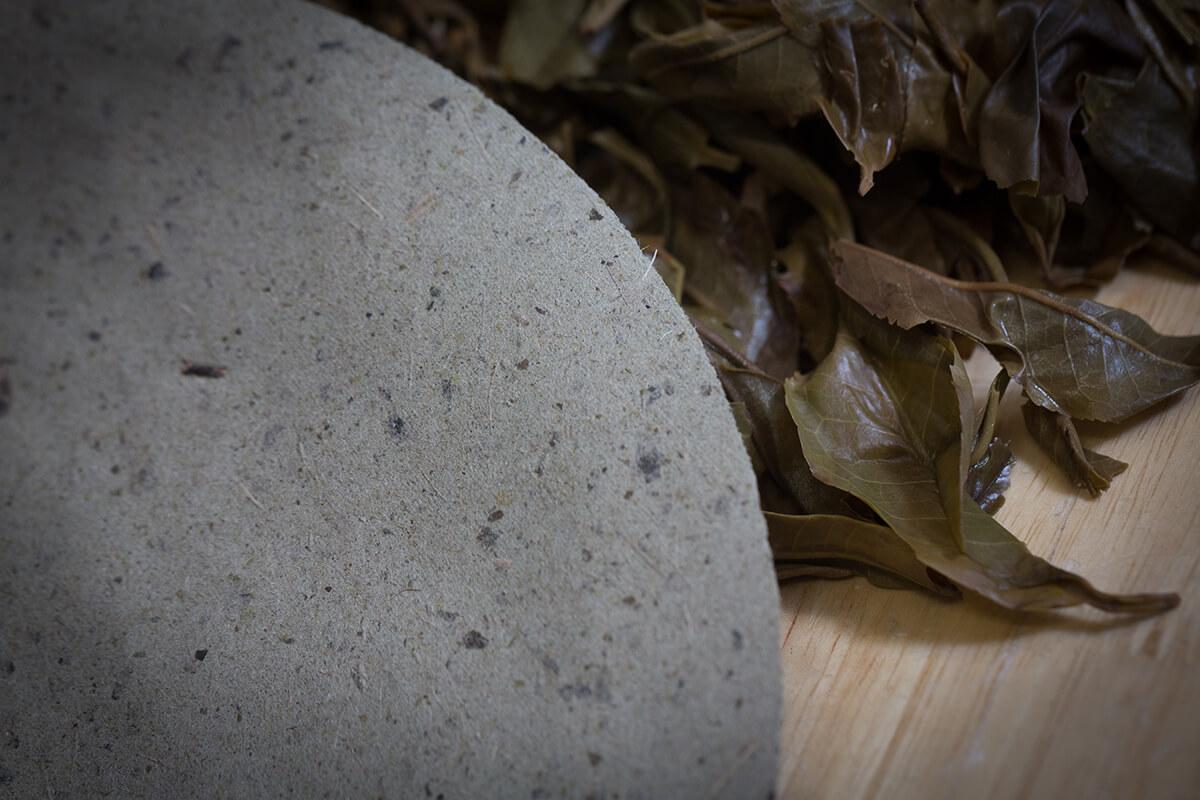 茶葉渣造成的半手工再造紙,驟眼看令人想起月球表面,摸上手卻比想像中平滑和薄。