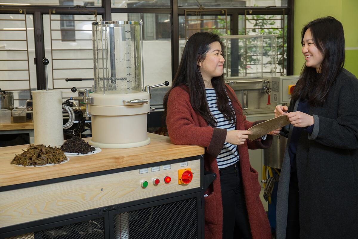 設計師Car(左)和拍檔Jade訂製了一部流動製紙機,將於Mad Festival向公眾示範以廚餘製紙。