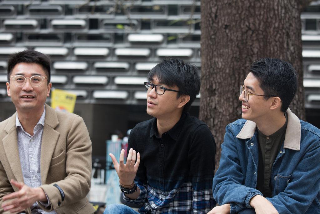 (左起)徐葉駿、蘇泳霖同是社工,參與「行多步實驗室」改善深水埗道路設計,潘子軒(右一)則研究如何提升公共圖書館借閱率。